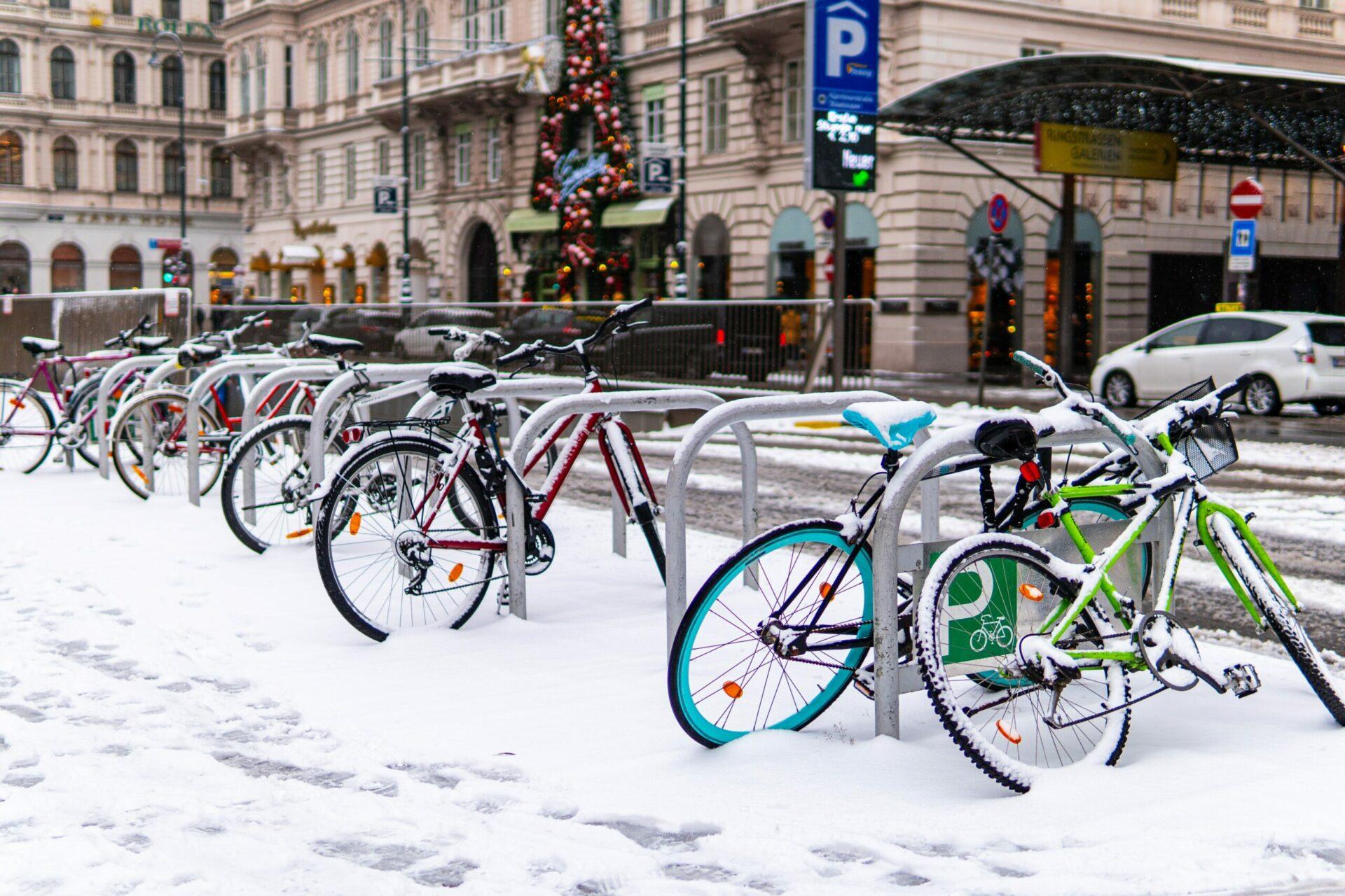 Eingeschneite Räder in Wien